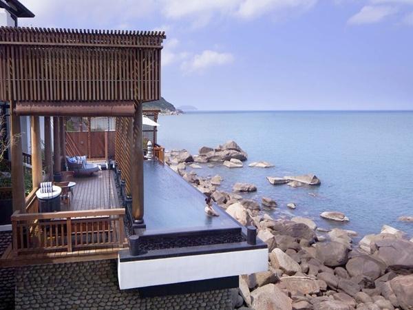 Với quang cảnh thơ mộng, không gian sang trọng, ẩm thực thượng hạng và đa dạng dịch vụ giải trí, InterContinental Danang sẽ mang đến cho du khách một kỳ nghỉ đẳng cấp trong mức giá chỉ từ 9,5 triệu đồng đến 108,99 triệu đồng một đêm.