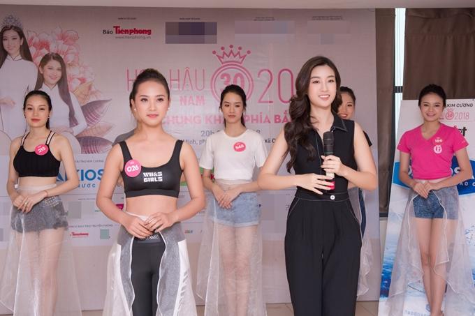 Đỗ Mỹ Linh thị phạm catwalk cho thí sinh Hoa hậu VN - 4