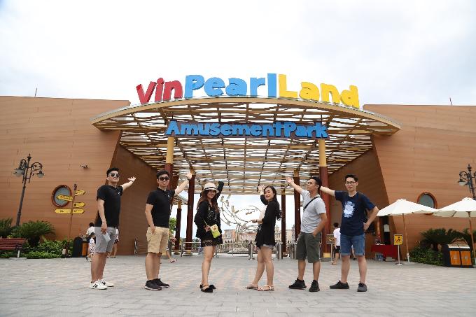 Hội An nhỏ tại Vinpearl Land Nam Hội An mới được khai trương, là địa điểm thu hút các bạn trẻ, gia đình, khách du lịch... từ khắp nơi đổ về. Nhiều nhóm bạn đã check-in trước cổng vào để đăng trên Facebook.