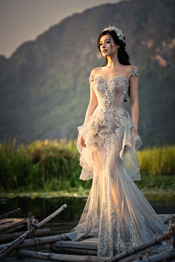 Khánh Linh khoe vóc dáng gợi cảm trong những chiếc váy phom dáng croset cổ điển.Những họa tiết trang sức được đính kết tỉ mỉ sẽ giúp cô dâu trở nên nổi bật trong ngày trọng đại.