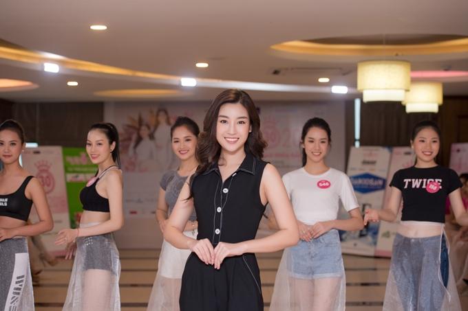 Đỗ Mỹ Linh thị phạm catwalk cho thí sinh Hoa hậu VN - 6