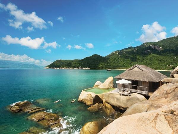 Six Senses Ninh Vân Bay tọa lạc biệt lập trên bán đảo Hòn Hèo, thuộc vịnh Ninh Vân của thành phố biển Nha Trang. Hệ thống 59 villas được thiết kế theo kiểu nhà vườn gần gũi với thiên nhiên, có hồ bơi ngoài trời, sân vườn hay hiên tắm nắng. Giá từ 8,08 triệu đồng đến 78,253 triệu đồng một đêm.