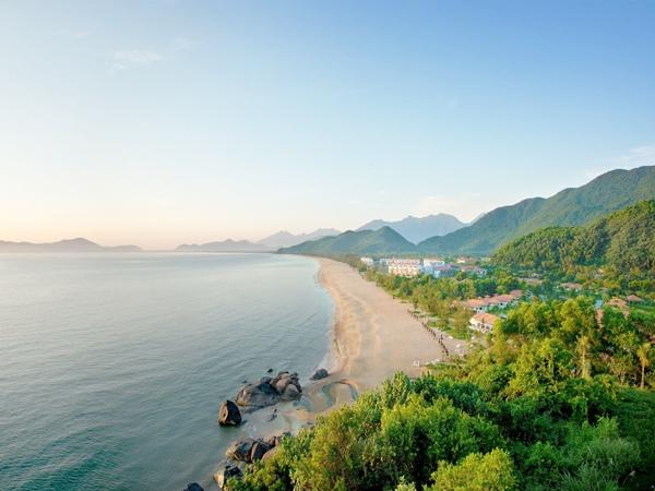 Banyan Tree Lăng Cô Resort nằm riêng biệt bên bãi biển Cảnh Dương xanh ngắt. Resort Huế này được bao quanh bởi khung cảnh nên thơ của vùng vịnh Lăng Cô nguyên sơ xinh đẹp.