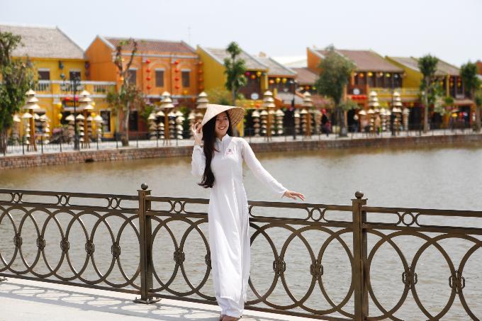 Bước qua bến cảng Giao Thoa, du khách có cơ hội ngắm nhìn những con phố cổ nhỏ màu vàng, mái ngói nhuốm màu rêu phong, hàng hoa giấy rực đỏ dưới cái nắng của miền Trung hay phố lồng đèn lung linh đủ sắc.