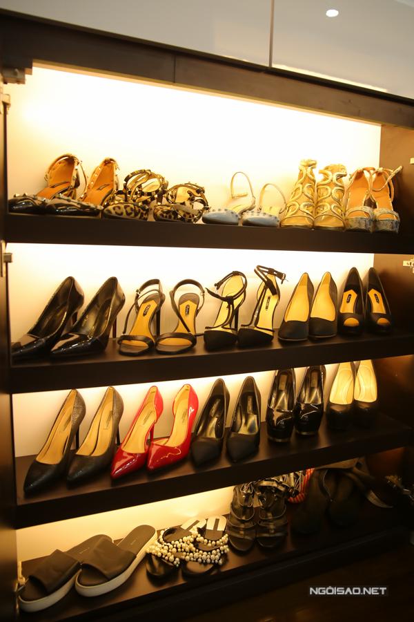 Giày cao gót là vật dụng không thể thiếu của người đẹp.