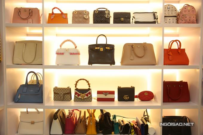 Cao Thái Hà thẳng thắn chia sẻ hầu hết các túi xách hàng hiệu đều được bạn trai cũ tặng trong thời gian hai người hẹn hò. Trong đó, chiếc túi Dior Lady màu hồng (hàng trên cùng, thứ 3 từ trái sang) là món quà bạn trai cũ tặng dịp sinh nhật và có giá trị lớn nhất.