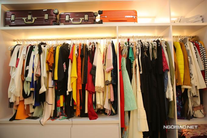 Là một người đẹp, váy áo của Cao Thái Hà xếp đầy ắpbốnngăn tủ, bao gồm: trang phục thường ngày, đóng phim hay tham dự thảm đỏ...