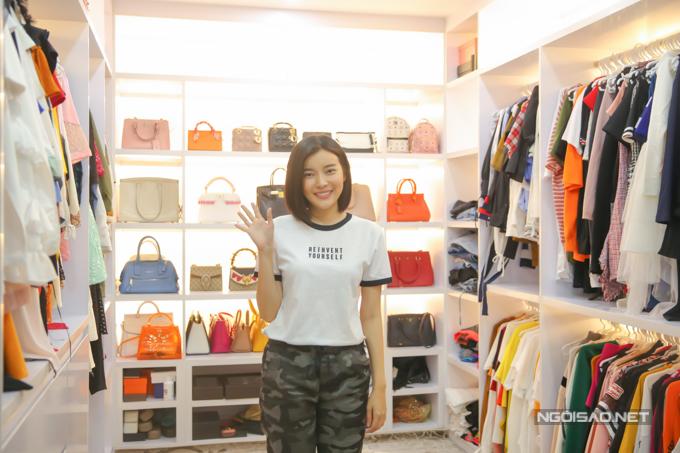 Cao Thái Hà sinh năm 1990, là một diễn viên điện ảnh và truyền hình nổi tiếng. Thời gian gần đây, cô gây chú ý khi đảm nhận vai diễntrung úy Yoon trong bộ phim Hậu duệ mặt trời phiên bản Việt. Thái Hàhiện sinh sống trong một căn biệt thự ở quận 7, trong đó khu vực chứa trang phục, túi xách hàng hiệu được người đẹp yêu thích nhất.