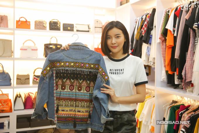Người đẹpmê nhất làáo khoác và thường xuyện mua sắm ở Hàn Quốc bởi cô có thể sưu tầm những thiết kế độc lạ.