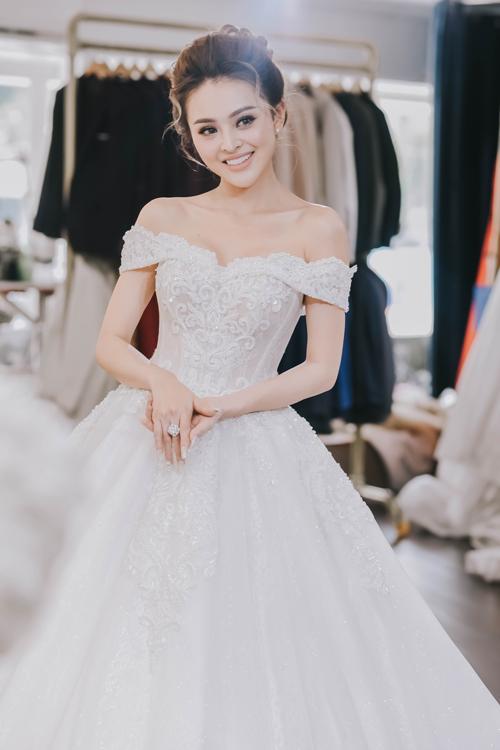 Trang cho rằng khi chọn váy cưới, cô dâu cần hiểu được đặc điểm cơ thể mình và định hình phong cách cá nhân. Một chiếc váy đẹp là khi nó phù hợp với dáng người cô dâu, giúp cô dâu xinh đẹp và tự tin.Cô dâu yêu thích sự nhẹ nhàng, đơn giản, thoải mái có thể chọn phom dáng xòe;cô dâu mong muốn một lần được hóa thân thành nàng công chúa truyện tranh thì chọn váy bồng bềnh nhiều tầng lớp; còn váy cưới đuôi cá lại giúp bạn tôn dáng, lộng lẫy và sang trọng, Trang Nemo chia sẻ.
