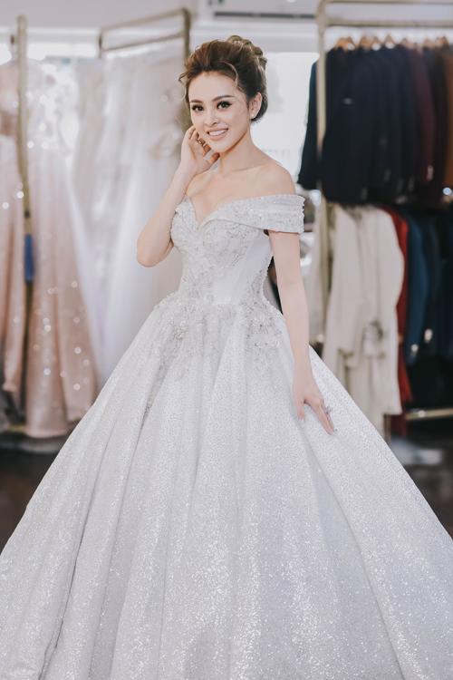 Theo kinh nghiệm của mình, Trang khuyên các cô dâu nên dành thời gian đủ nhiều trước đám cưới để tham khảo các mẫu váy yêu thích trên tạp chí, lưu lại ảnh của những chiếc váy đó rồi đến gặp nhà thiết kế để cùng thảo luận, tìm ra kiểu dáng phù hợp hơn cả.