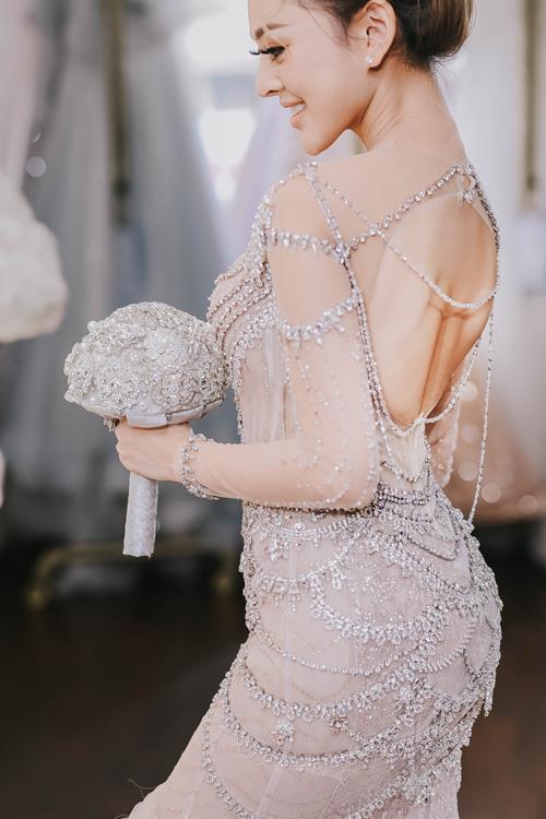 Phần lưng khoét sâu với những dây đá vắt ngang là điểm nhấn tạo tạo nét quyến rũcho người mặc.