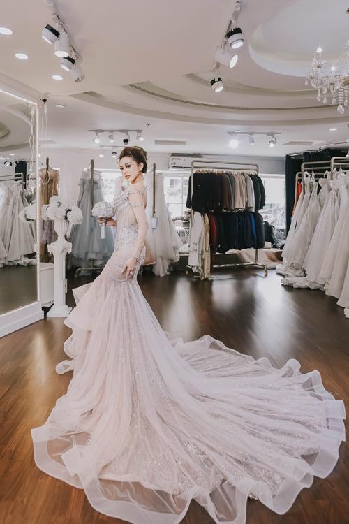 Hoạt động trong lĩnh vực thời trang và sở hữu một thương hiệu riêng, Nguyễn Hương Trang (Trang Nemo) kỹ tính khi lựa chọn váy cưới - bộ trang phục sẽ đồng hành cùng cô trong ngày trọng đại của cuộc đời. Bởi vậy, theo cách nói hài hước của Trang, buổi sáng đầu tiên sau khi nhận lời cầu hôn là cô đã bắt tay ngay vào việc chọn lựaváy cưới. Nàng dâu doanh nhân đã đi tổng cộng 3 nhà mốt và dành khoảng nửa năm cho hành trình này.