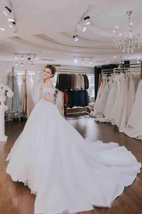 Ngoài ra, Trang Nemocũng diện thêm những mẫu váy tùng xòe công chúa mangphong cách hoàng gia. Đây cũng là kiểu váy mà Trang từng mơ đến khi từ còn bé với mong muốn được hóa thân thành nàng công chúa cổ tích.