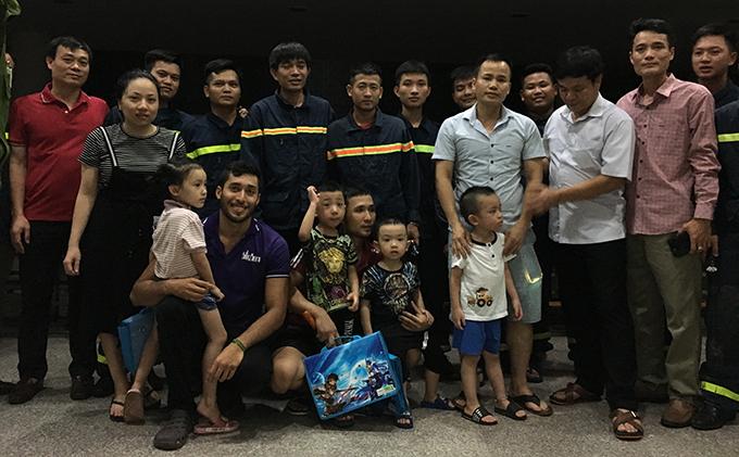 Nhóm trẻ và phụ huynh cùng giáo viên Trung tâm Anh ngữ được giải cứu an toàn sau gần một giờ mắc kẹt.