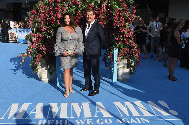 Vợ chồng tài tử James Bond rạng rỡ giữa không gian thơ mộng của buổi lễ ra mắt phim.