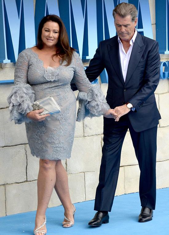 Pierce Brosnan và bà xã Keely Shaye Smith sánh đôi tới tham dự buổi chiếu phim Mamma Mia! Here We Go Again tối thứ 2. Sợ bà xã bị ngã, nam diễn viên cẩn thận đỡ từng bước đi.