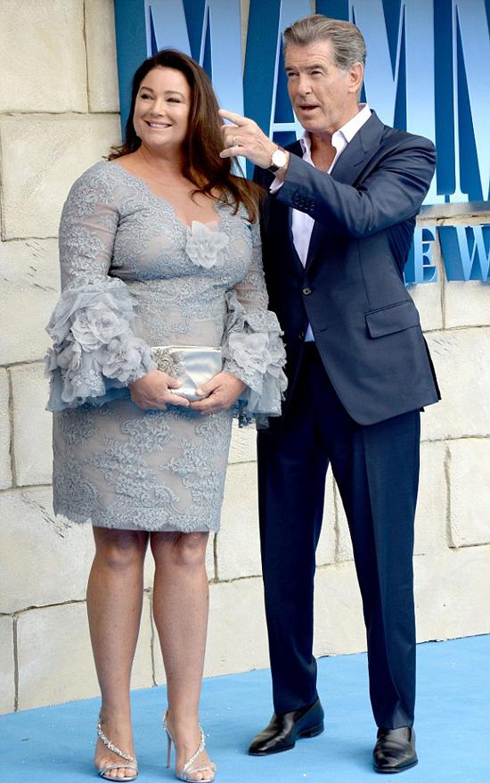 Ngôi sao gốc Ireland thường xuyên đưa vợ đi cùng trong các sự kiện. Sau hơn 20 năm gắn bó, Brosnan và nhà báo Keely vẫn mặn nồng như thủa ban đầu.
