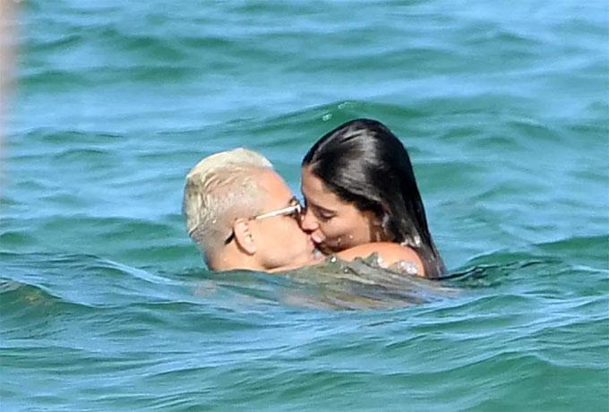 Hai người liên tục trao nhau nụ hôn, hạnh phúc trong thời gian đầu đến với nhau.