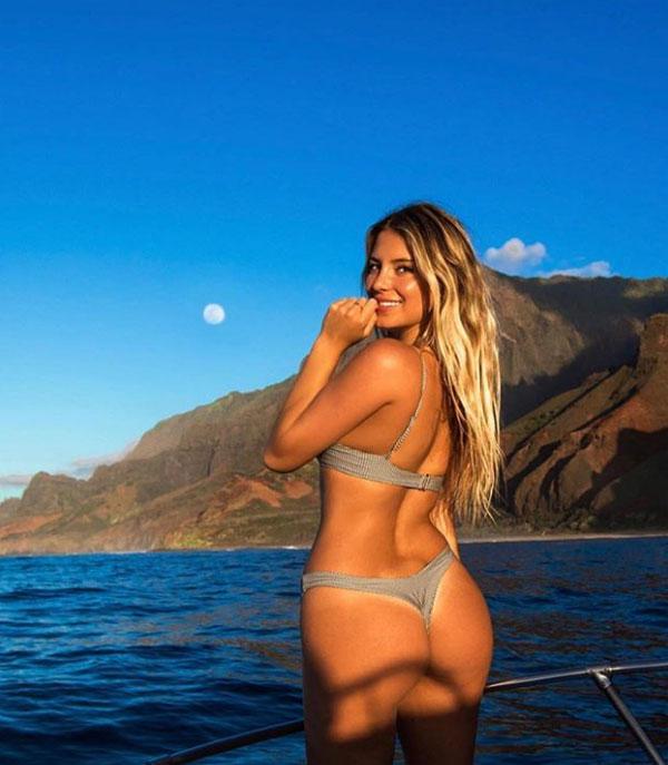 Cô chia sẻ nhiều hình ảnh nóng bỏng ở những địa danh nổi tiếng như Cook Islands, Bora Bora, Hawaii, The Bahamas, châu Âu và Nam Mỹ.