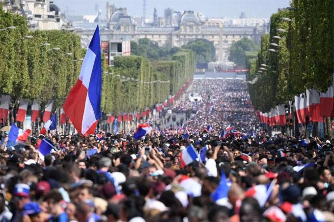 Hàng chục nghìn fan tập trung ở trung tâm thủ đô Paris để chào đón những người hùng trở về từ Nga.