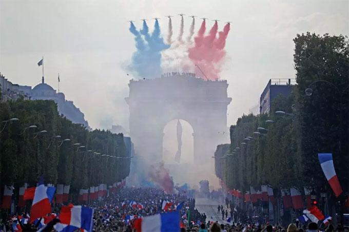 Không khí lễ hội bắt đầu ở quảng trường Champs-Elysees với trực thăng tạo hình cờ Pháp trên bầu trời.