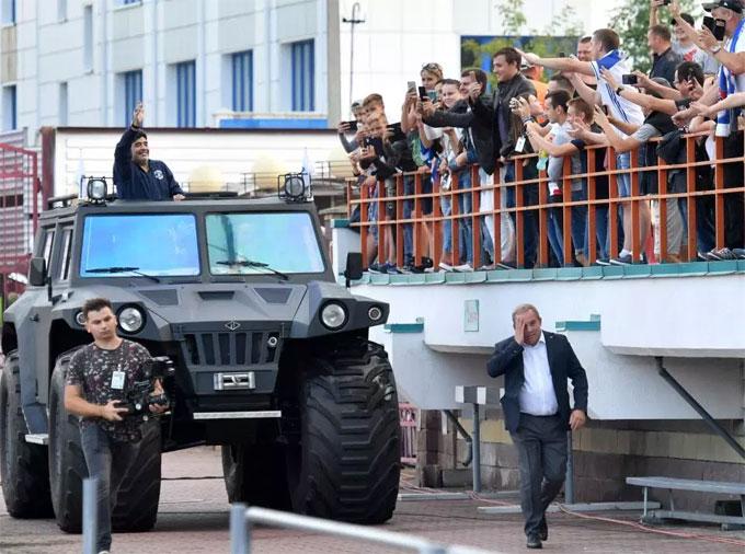 Huyền thoại Argentina ký hợp đồng ba năm với CLB Belarus. Maradona bay tới đây bằng chuyên cơ từ đầu tuần để chuẩn bị cho lễ ra mắt.