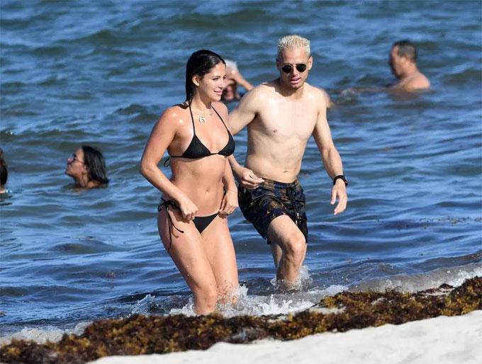 Chicharito và người mẫu Sarah Kohan vui vẻ bên nhau trên bãi biển Miami, Mỹ. Cả hai tận hưởng nắng gió của vùng biển đẹp hàng đầu của xứ cờ hoa.