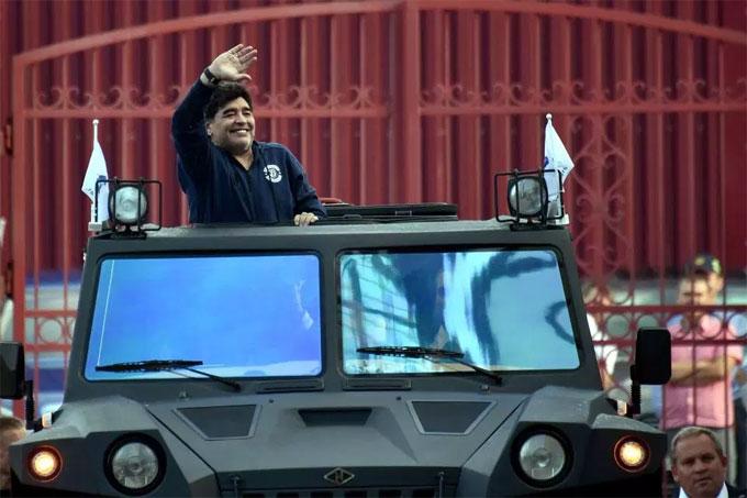 Việc lựa chọn xe hầm hố để chở Maradona gây nhiều tranh cãi. Một số ý kiến cho rằng Dynamo Brest muốn tạo ra sự chú ý cho truyền thông bằng hình ảnh khác lạ.