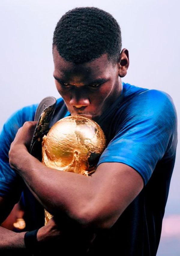 Pogba cũng ôm hôn Cup đắm đuối và chia sẻ hình ảnh trên trang cá nhân. Tiền vệ 25 tuổi vừa lập kỳ tích là cầu thủ MU đầu tiên ghi bàn ở chung kết World Cup.