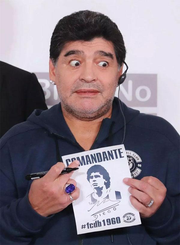 Maradona giao lưu, ký tặng các fan của Dynamo Brest.