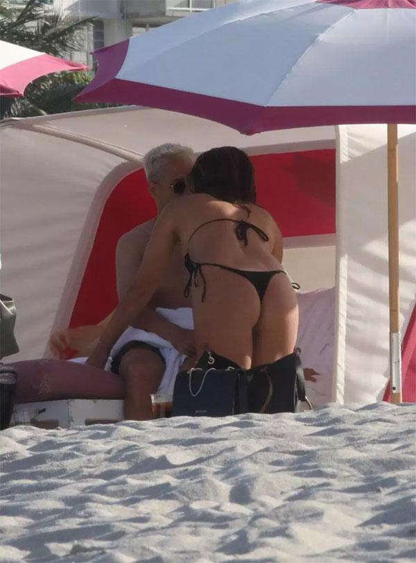 Cặp đôi thể hiện tình cảm trên bãi biển.