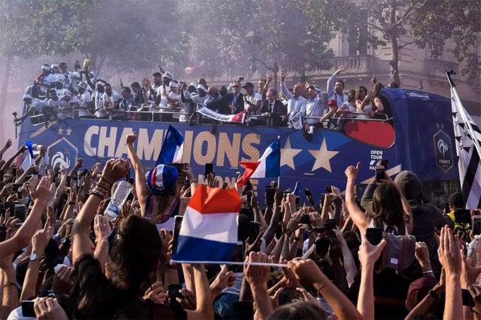 Thầy trò HLV Deschamps di chuyển trong biển người. Chiến công vô địch World Cup được lặp lại sau 20 năm. Lần đầu Pháp giành Cup là năm 1998 khi giải đấu tổ chức ở quê nhà.