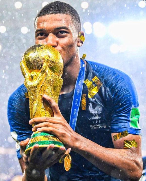 Mbappe đăng hình ảnh hôn Cup lên trang cá nhân. Anh trở thành cầu thủ trẻ hay nhất giải đấu, lập nhiều kỷ lục ra sân và ghi bàn, sánh ngang Vua bóng đá Pele.