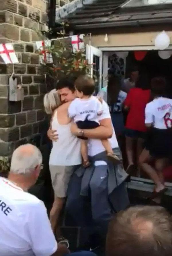 Hậu vệ tuyển Anh mời khách đến chật nhà ăn mừng sau World Cup - 1