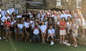 Hậu vệ tuyển Anh mời khách đến 'chật nhà' ăn mừng sau World Cup