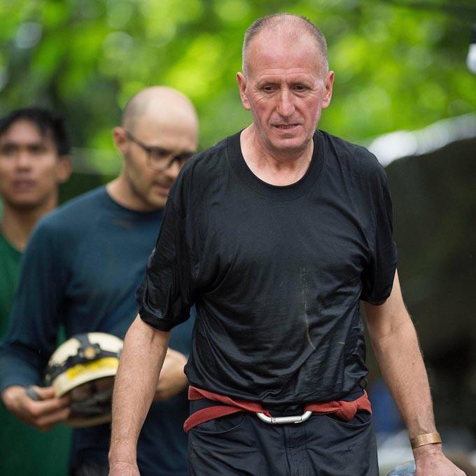 Thợ lặn Unsworth ở hiện trường giải cứu đội bóng nhí Thái Lan. Ảnh: The Sun.