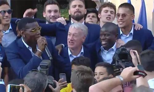 Pogba và đồng đội hát tôn vinh Kante trong lễ mừng công