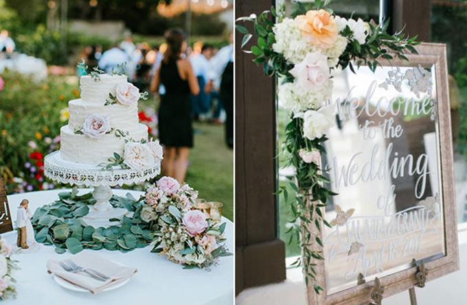 Để tăng thêm nét lãng mạn của không gian tiệc, uyên ương đã đặt những bông hoa nhỏ màu hồng pastel lên đĩa ăn của khách mời.