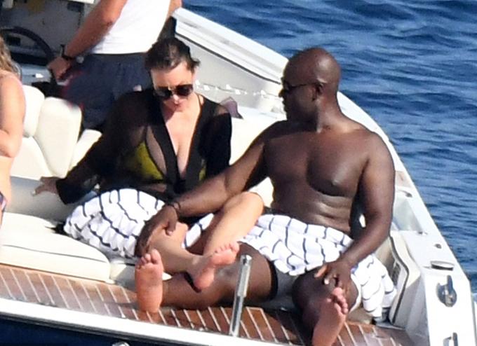Chàng bồ trẻ chỉ bằng tuổi con gái thứ hai của bà Kris là Kim Kardashian. Trước đây, anh từng làm trong công ty quản lý các ngôi sao Hollywood.