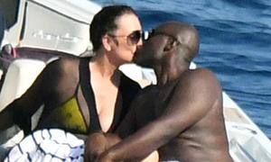 Mẹ Kim và bồ trẻ kém 25 tuổi khóa môi đắm đuối trên du thuyền
