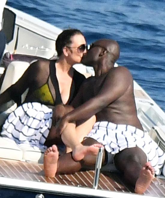 Ngôi sao truyền hình thực tế 62 tuổi Kris Jenner không e ngại thể hiện tình yêu đắm say bên anh chàng Corey Gamble 37 tuổi. Hai người âu yếm nhau trên du thuyền giữa biển xanh thơ mộng ở Địa Trung Hải.