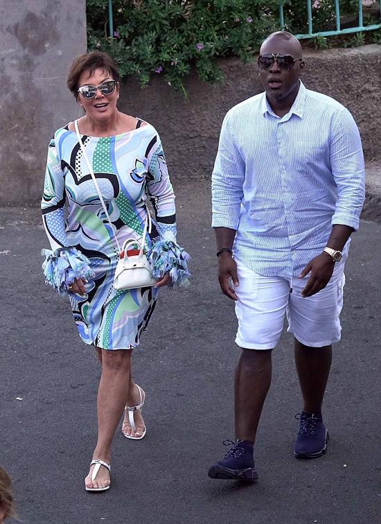 Mặc dù bận rộn công việc, Kris Jenner thi thoảng vẫn dành thời gian đi nghỉ hâm nóng tình yêu với phi công trẻ.