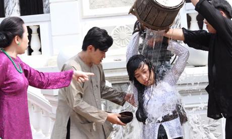 Lê Bê La bị đánh đập khi đóng vai nàng dâu thời xưa