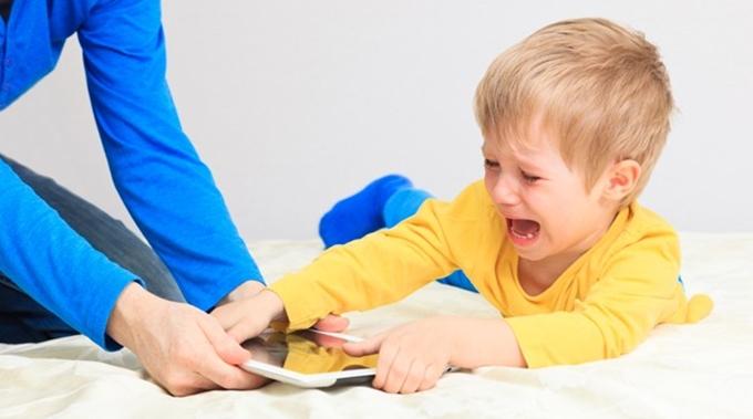 Nhiều bậc phụ huynh gặp khó khăn trong việc trị thói ăn vạ của con.