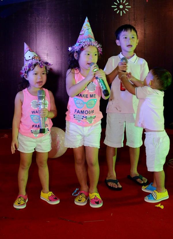 Bốn anh em Rio, Cherry, Sunny và Mio lên sân khấu hát tặng khách mời.