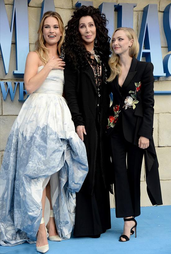Lily James và Amanda Seyfried vui mừng tái ngộ ca sĩ Cher - ngôi sao thủ vai bà ngoại khó tính.