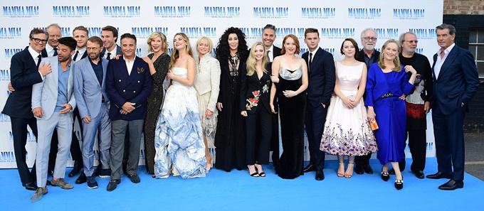 Dàn diễn viên hùng hậu góp mặt đông đủ trên thảm đỏ ở London.