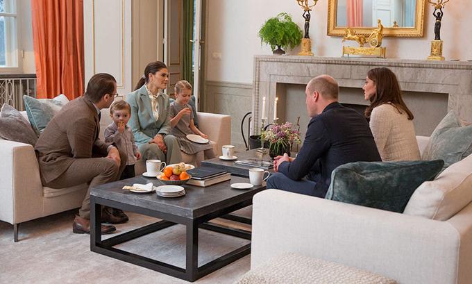 Vợ chồng Kate gặp gỡ vợ chồng Công chúa Victoria và hai con hồi tháng 1. Ảnh: Hello.