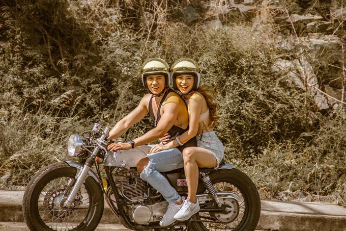 Phương Trinh kể trong hai ngày quay tại Nha Trang, cô và Lý Bình không thể quên cảnh quay chạy mô tô dưới trời nắng gắt vào lúc 12 giờ trưa. Giữa thời tiết oi bức, cả hai vẫn phải cười rạng rỡ và ôm nhau tình tứtrước ống kính.